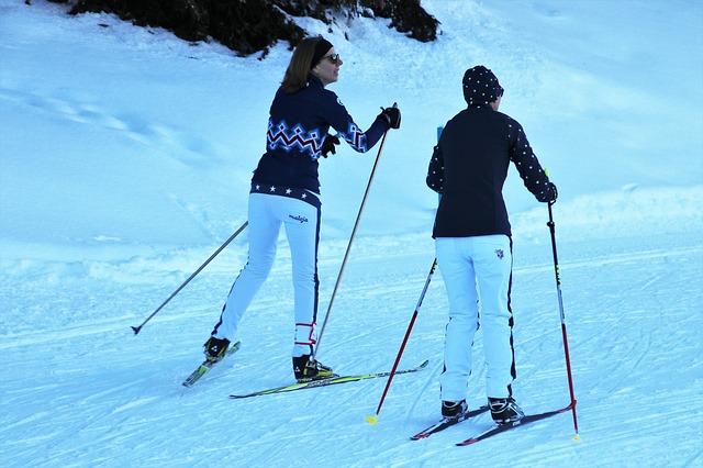 zwei frauen beim skifahren im winter